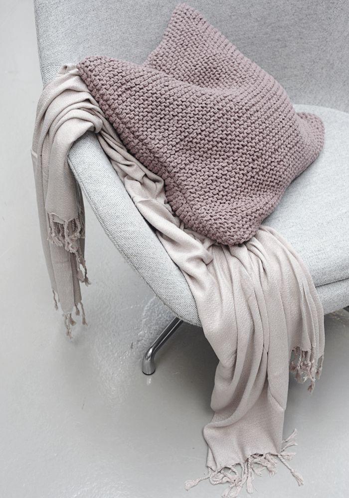 buen detalle de funda de cojín con sencillo punto de tejido... a ver si encuentro unas agujas y lana!!