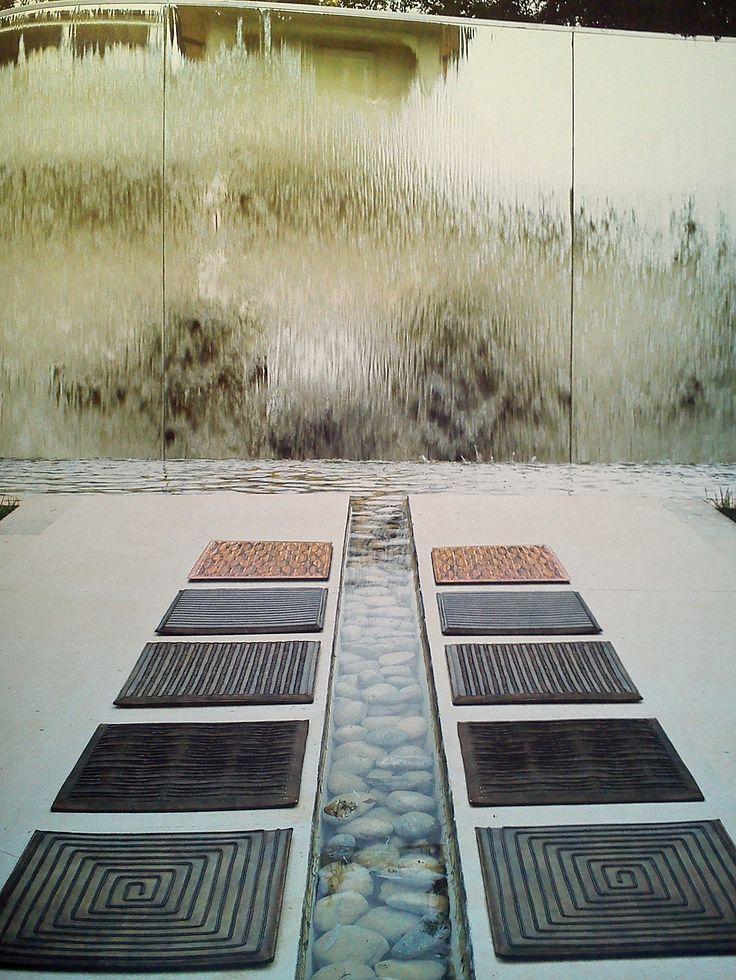 Skórzane panele wykonane z największą precyzją. Prezentowaliśmy już oprawione w ramę lub wbudowane w mebel. Dziś przykład jak pięknie kontrastują z podłogą! Wymiary paneli: 40cm/40cm cena: 640 pln/szt — In Situ, ul. Powsińska 20A Warszawa.