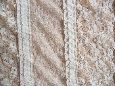 Cremefarbene edle Spitze.    Der Stoff besteht zu 62% aus Baumwolle, 30% aus Polyamid und 8% Elastan.    Die Spitze ist weich, leicht und hat einen wunderbaren Fall.    Die Baumwollspitze ist in alle Richtungen dehnbar.  Die einzelnen Streifen sind ca 8,5 cm breit und die Rüschen sind ca. 2 cm breit    Der Spitzenstoff liegt 1,20 cm breit.      Aus dem Baumwollstoff lassen sich Blusen, Kleider, Tuniken, Mantel, Jacken, Röcke, Kissen, Decken, Gardinen und vieles mehr herstellen.