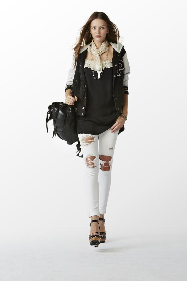Collection POLO pour femmes Printemps 2015 : Sweat universitaire en molleton noir/blanc, caraco en dentelle noire, jean en denim blanc, sac à dos clouté de style moto en cuir vieilli noir et sandales-sabots en cuir verni noir
