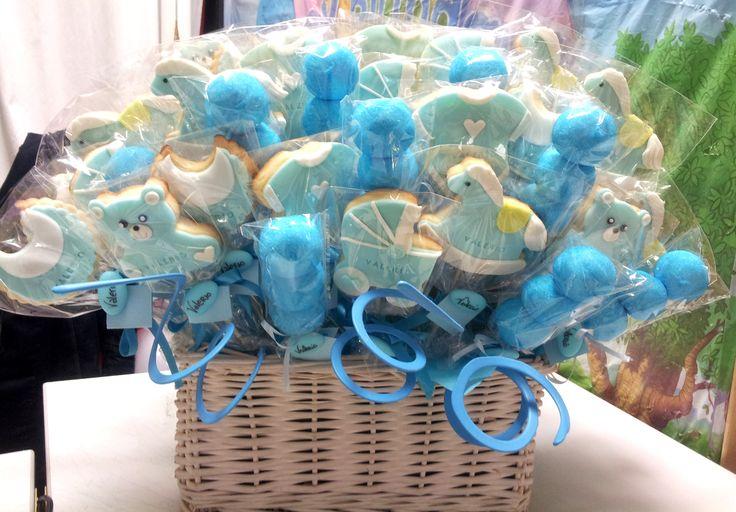 composizione biscotti decorati di glASSA E SPIEDINI DI MARSH MELLOWS PER  SWEET TABLE BATTESIMO BIMBO
