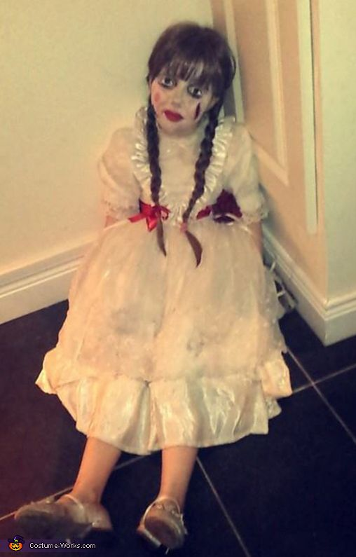 Kelly: This is Emma! (My friends daughter) What i needed to achieve this look: -An old White dress (5euro at carboot sale) -An old flower broach (50cent at carboot sale -red...