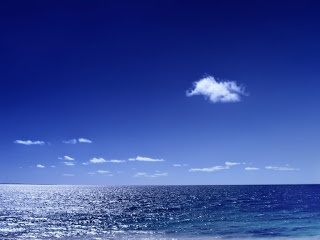 Daerah ini dikenal fenomena yang sangat mengesankan dan misterius: lingkaran cahaya raksasa yang berputar-putar di permukaan air.