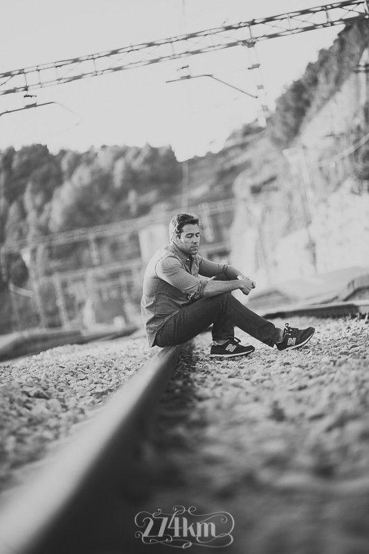 Una estación, las vías del tren... cualquier escenario es bueno para una sesión de fotos de retrato y más si es con un chico tan guapo como Marc!