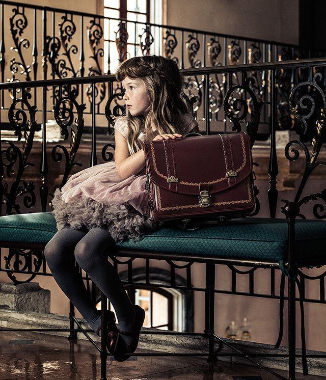 """《Twitterで話題!》LIRICOというブランドの""""ランドセルのカタログ""""が美しすぎてとても子供向けとは思えない件"""
