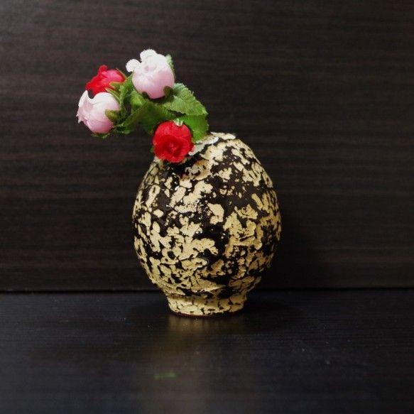 夢卵-ユメタマゴ-卵型の一輪挿しです。表面のテクスチャーはデコボコで、恐竜の卵を彷彿させます。イエローのカラー粘土のデコボコの上に、黒い釉薬が斑に模様を描きま...|ハンドメイド、手作り、手仕事品の通販・販売・購入ならCreema。