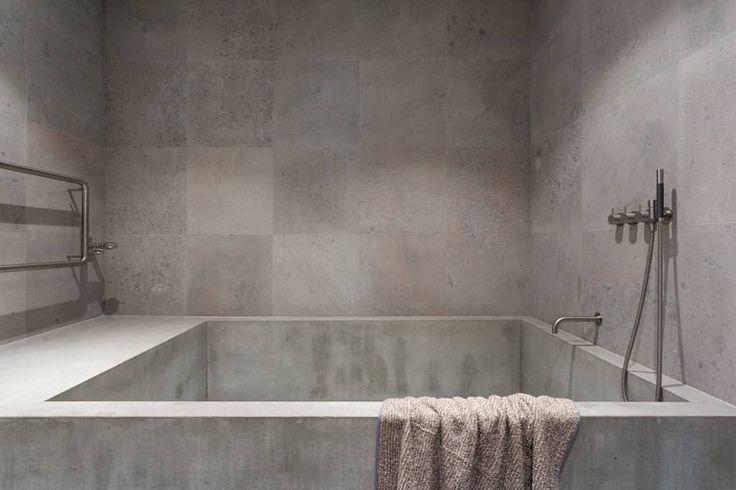 Platsgjutet badkar för hela familjen. I en lägenhet ritad av @richardlindvall #concretebath #concretebathtub #betongbadkar #betong #concrete #beton #badrum #badrumsinredning #badrumsinspiration #inspo #inredning #inredningsdetaljer #badrumsinspo
