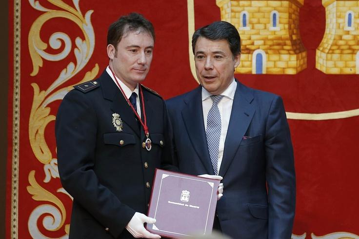 Ignacio González, entrega la Medalla al Mérito Ciudadano de la Comunidad de Madrid al policía nacional que salvó la vida a una mujer que había caído a las vías del metro Madrid en la estación de Marqués de Vadillo.