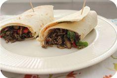 Op dit eetdagboek kookblog : Wraps met Gehakt, Champignons en Paprika - Ingrediënten: 1 ui, shoarmakruiden, knoflookpoeder, 200 gram gehakt, 1 rode paprika, 250 gram champignons, 4 tortilla wraps, chilisaus, sla, Aantal persone