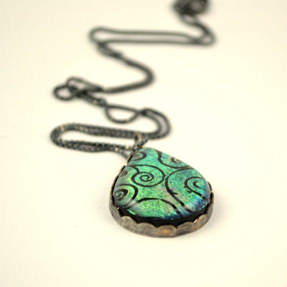 Grønn glassdråpe med oksidert sølvfatning Green dichroic glass pendant with oxydized sterling silver bezel