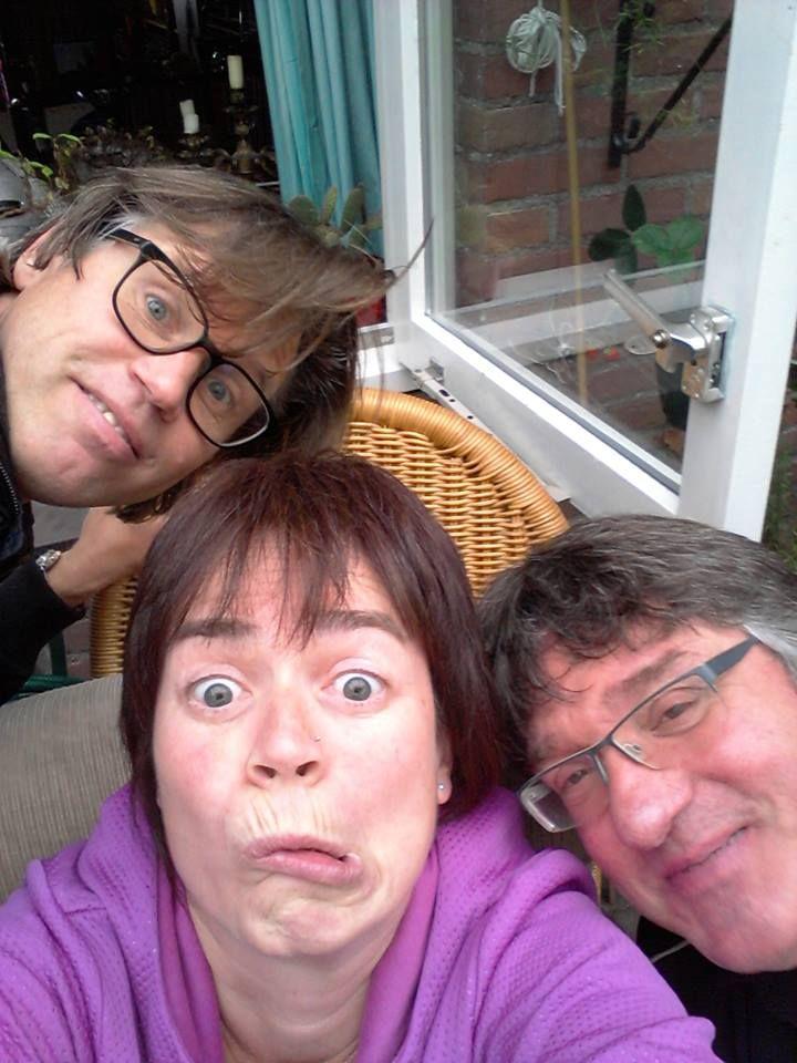 GEEN SELFIE MAAR USIE - De selfie is dood, usie is nieuwe trend via http://www.dutchcowboys.nl/socialmedia/de-selfie-is-dood-usie-is-de-nieuwe-trend