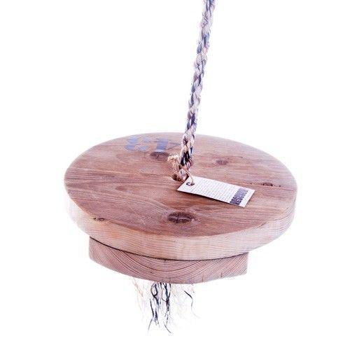 Deze schommel is gemaakt van gerecycled touw en oud steigerhout. Handgemaakt in Nederland. Het touw heeft een lengte van 3 meter. RESCUED! staat voor originele producten gemaakt met behulp van gebruikte materialen, met respect voor hun oorspronkelijke schoonheid;   Gebruikssporen verraden dat ze al een heel leven achter de rug hebben. Afgedankt maar te mooi om weg te gooien! Net even anders maar altijd origineel, gemaakt met hart en ziel door mensen met een arbeidsbeperking. Originals van…