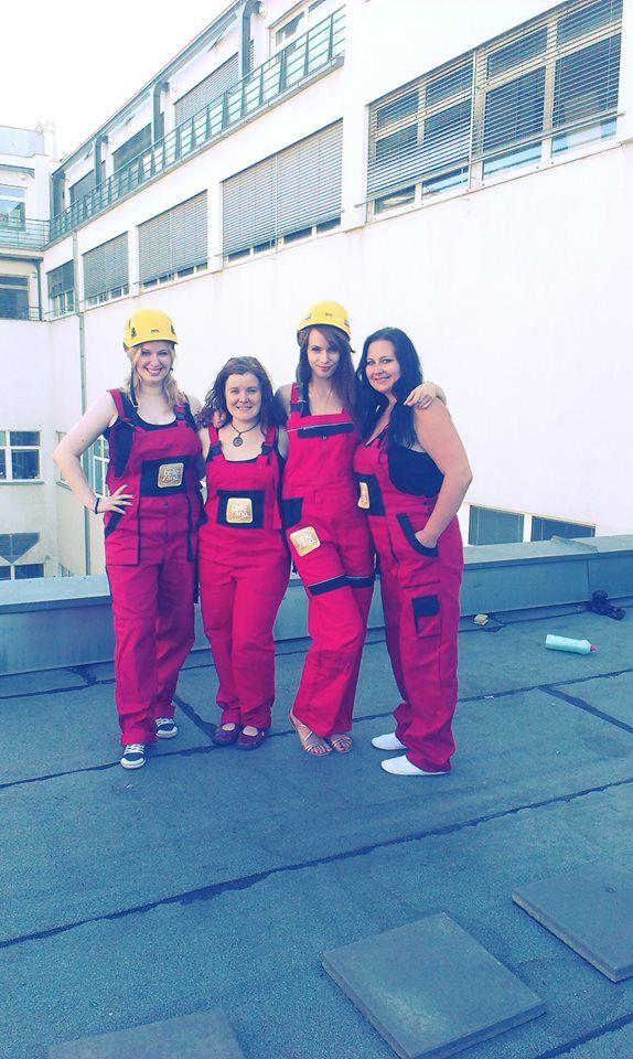 """Reportérky Katka, Laura, Andy a Branka odštartovali nakrúcanie teleráňackeho """"seriálu"""", v ktorom si vyskúšajú naozaj rôznorodé zamestnania! Včera sa nechali nahovoriť na umývanie okien výškových budov."""