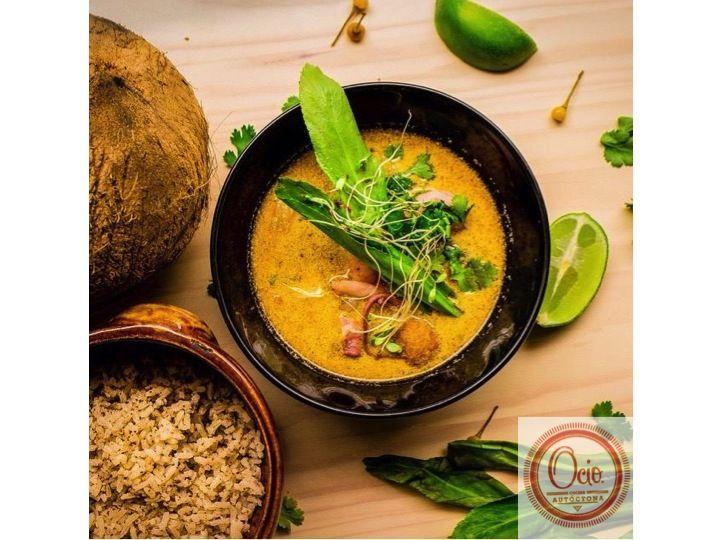 Sopa de Leche de coco y toronjil, mariscos y vitualla