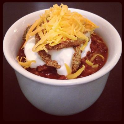 Dukan Diet Chili...  Chili with FF sour cream, cheddar cheese, & crispy oat bran onions... Ingredients:     1 lb lean ground beef...     2 cloves garlic, minced...     1 large onion, chopped...     2 tbs chili powder...     1 ts dried oregano...     1 ts cumin...     1 ts hot sauce...     1 can crushed tomatoes, 28 oz...     1/4 cup red wine vinegar...     shredded fat free cheddar cheese...     fat free sour cream