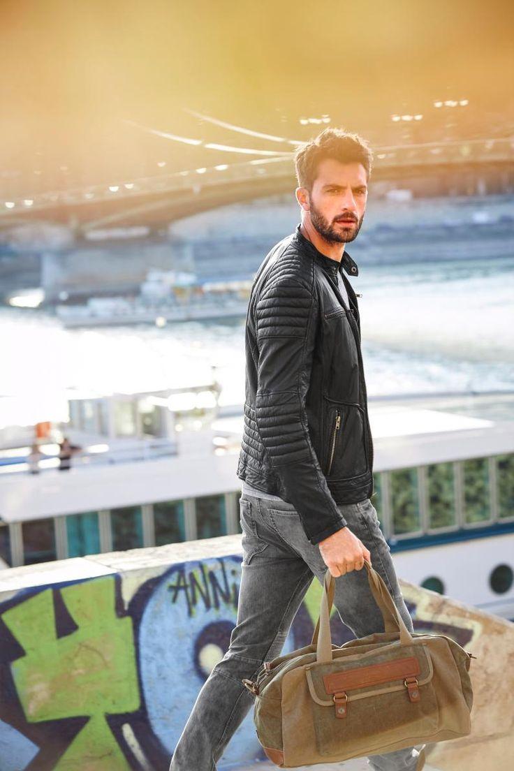 Endlich Freitag! Die Anzughose bleibt heute im Schrank und die Jeans hat wieder Ausgang. Der schlichte Streifenpullover von Bruno Banani und der schwarze Ledergürtel von J. Jayz machen das Outfit bürotauglich.