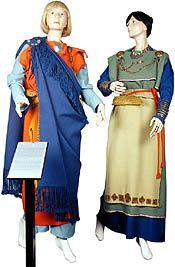 """Muinaispuku. Ensimmäiset kuvat """"muinaissuomalaisista asuista"""" esitettiin Kalevalan vuoden 1887 painoksessa.Viime vuosikymmenien tutkimuksissa on käynyt ilmi, että Perniön, Muinais-Karjalan ja Tuukkalan pukujen perusrakenne on väärin toteutettu. Puku on itse asiassa ollut suorakulmainen vaatekappale, jonka yläreuna oli käännetty kaksinkerroin. Koko vaate kiedottiin vartalon ympärille ja kiinnitettiin soljilla olkapäiltä."""