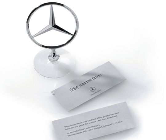 "Mercedesの""超""大胆ゲリラマーケティング メルセデス系列の地方ディーラーにて開催する""試乗週間""に、他車種のオーナーに来店してもらうために彼らのマイカーのボンネットに(彼らの車が駐車されている合間に)メルセデスのエンブレム模型を取りつけ"