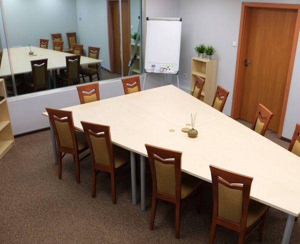 Sala z lustrem weneckim, stołem konferencyjnym i krzesłami w Krakowie #sale #saleszkoleniowe #salekrakow #salaszkoleniowa #szkolenia #salakrakow #szkoleniowe #sala #szkoleniowa #konferencyjne #konferencyjna #wynajem #sal #sali #krakow #do #wynajęcia #konferencji #kraków