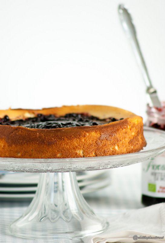 Troppo soffice questa torta di ricotta con marmellata di mirtilli neri. Vorrete non finisca più!