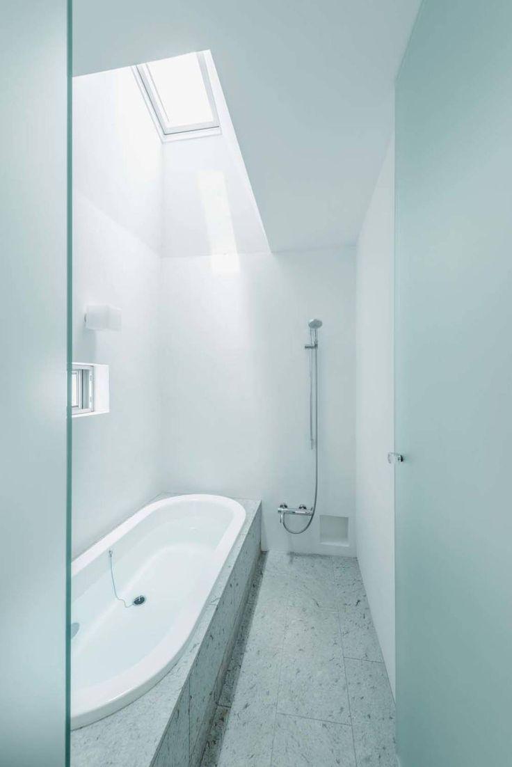 ディンプル建築設計事務所 の モダンな 洗面所/風呂/トイレ 十和田石のバスルーム