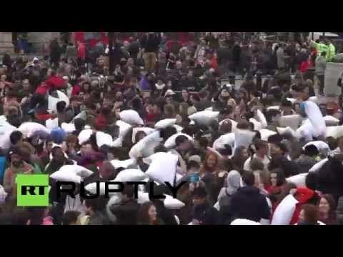 В центре Лондона устроили бой подушками