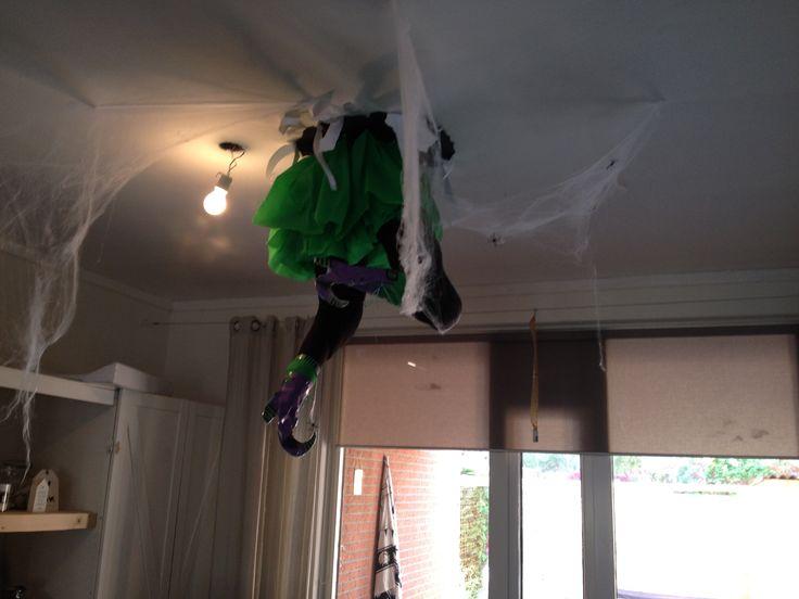 Diy helloween heks door plafond .. Witch ..  Gevulde legging... Met papieren schoenen .. Crêpe papier rokje .. Zwarte cirkel van karton aan het plafond geplakt met kneedgum.. Gescheurd wit papier als stukken plafond