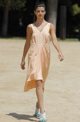 La actriz Clara Lago con otro diseño de Toni Francesc