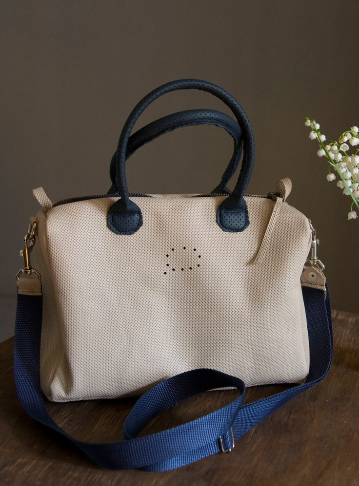 Średniej wielkości torebka kuferkowa ze skóry licowej w kolorze kości słoniowej. Mieści format A5 z zapasem. #ivory_bag #spring_bag #handbag