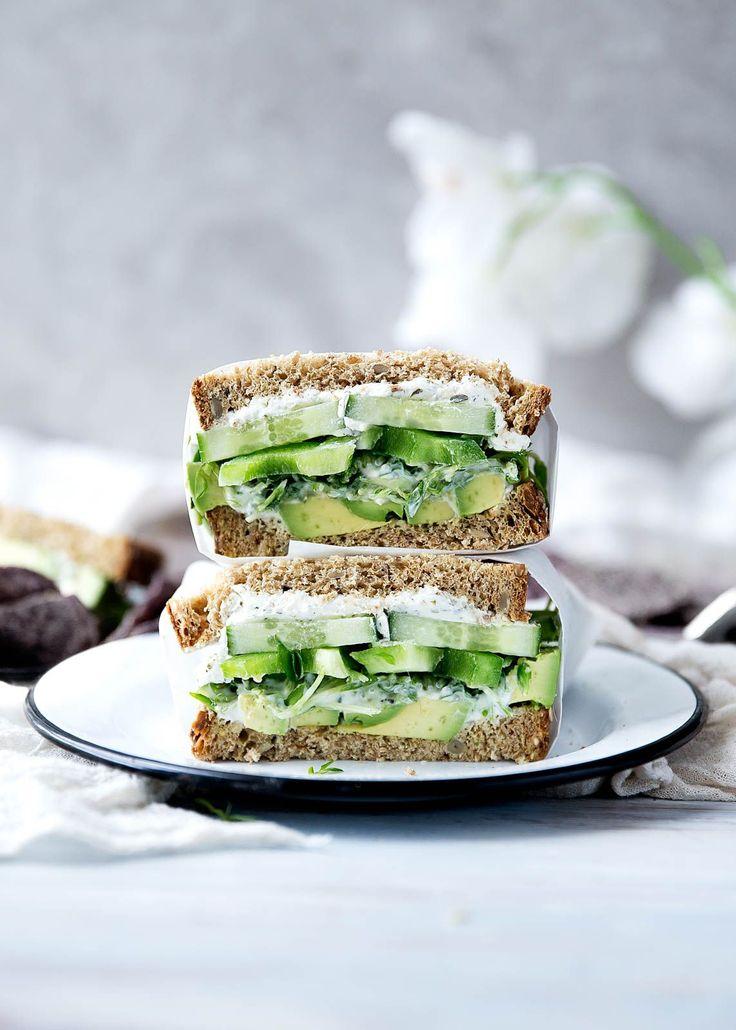A green sandwich bursting at the seams with herbed goat cheese, avocado, alfalfa, and more. Étonnamment délicieux! Je l'ai fait avec de la roquette.