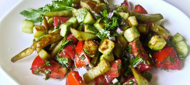 Салат из кабачков и баклажанов ========================== Оригинальный салат из смеси свежих и жареных овощей. Необычный вкус, легкое утоление аппетита :-)