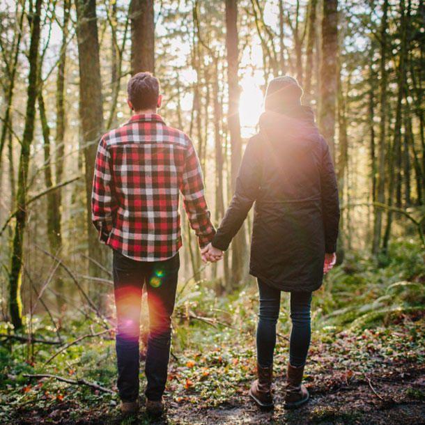 Von wegen spießig! Bei einem ausführlichen Spaziergang lässt man sich ganz auf den Partner ein und hat endlich mal Zeit, gemeinsam abzuschalten.