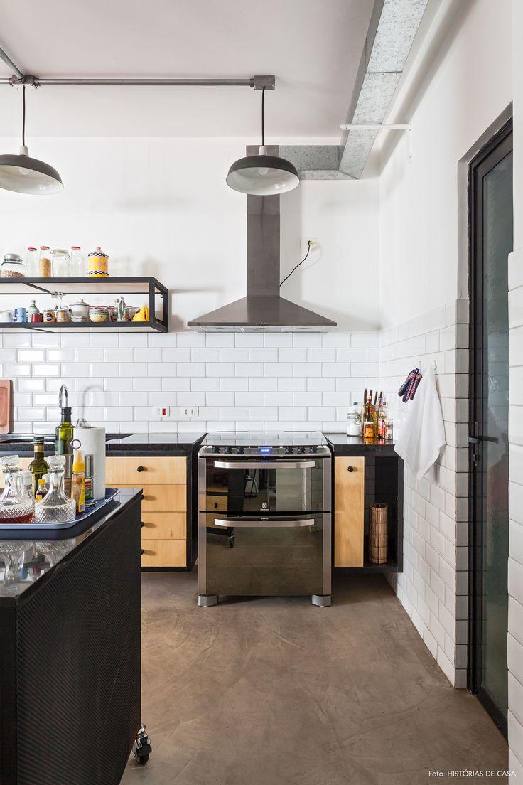 cozinha integrada de estilo industrial com piso de cimento queimado e subway tiles