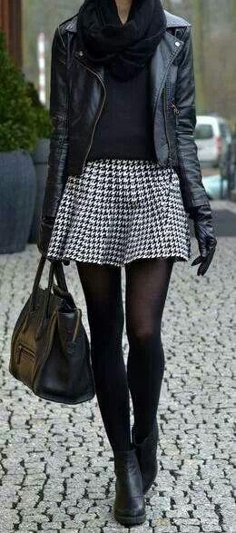Falda pata de gallo grande clásica con una cazadora de cuero y combinados en negro un look actual.