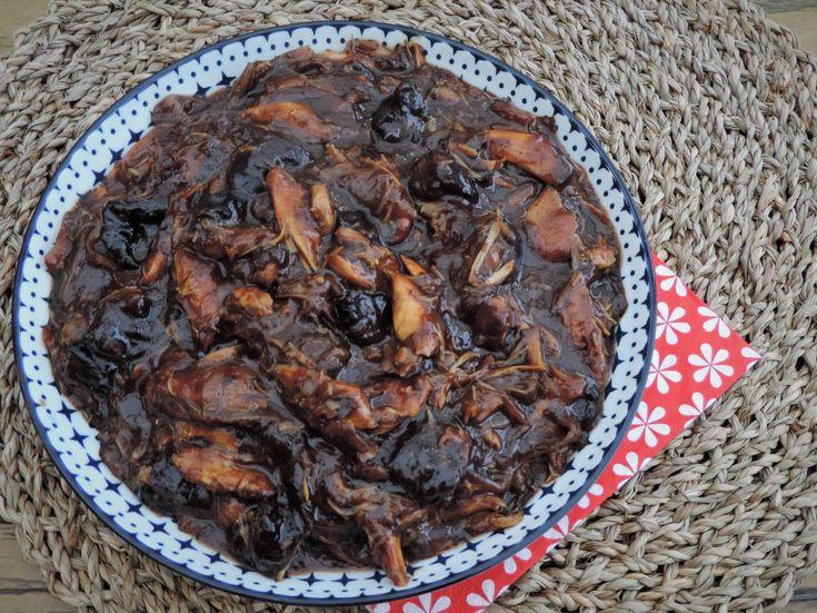 Konijn in het zuur is een echt Limburgs recept, waarin het konijn eerst wordt gemarineerd in azijn met kruiden om vervolgens gaar te stoven in de marinade. Vroeger vooral gemaakt met een heel konijn tegenwoordig steeds vaker met konijnenbouten.