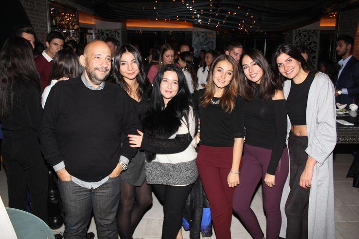 VOKAL, DJ VE ENSTRÜMANLI PARTİ-Ankara'nın en renkli partilerinin gerçekleştiği No4 Restaurant Bar Lounge , sezonun ilk partisinde konuklarını ağırladı. Dj Emre Eser ve Multienstrümantalist Onur Nar'a Mr. Voice'nin vokaliyle eşlik ettiği parti, Ankara sosyal yaşamının önde gelen isimlerinin katılımıyla gerçekleşti. Her ayın ilk Cuma gecesi düzenlenen No4 partileri, yaz sebebiyle verilen aranın ardından Kasım ayının ilk cuması sezon açılışı yaptı. -