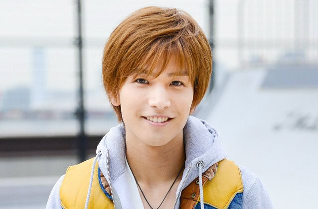 茶髪のヘアスタイルで微笑んでいる岩田剛典