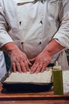Corso di pizza con Bonci La ricetta di Gabriele Bonci: 1 kg di farina tipo 0 oppure 1 (meglio se macinate a pietra naturale) 800 gr di acqua 20 gr di sale marino 40 gr di olio extravergine di oliva 7 gr di lievito di birra disidratato Mettere in una ciotola la farina e il lievito e mescolare. Aggiungere il 70% dell'acqua e mescolare. Aggiungere il sale, il restante 10% di acqua e continuare a impastare. Aggiungere l'olio, raccogliere l'impasto a palla e far riposare per 15 minuti. Riprendere
