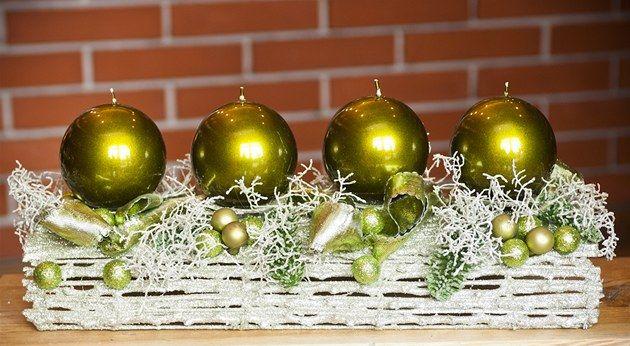 Adventní věnec má ladit svým tvarem se stolem, pro který byl vytvořený, a barvou s vánočním stromkem, pokud jsou v jedné místnosti. To je základní rada floristů, kteří se na Vánoce připravují už na podzim. Třeba v lese, jen místo hub sbírají šišky a žaludy.