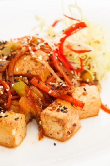 Gebakken tofu met citroengras en gewokte groenten