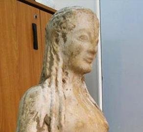 Recuperada cerca de Atenas por la policia griega una estatua de mármol de tipo kore excavada ilegalmente, en un yacimiento todavía sin determinar, y puesta en venta por 500.000 €.  Finalmente se ha demostrado que era una falsificación.