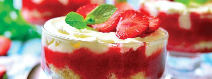 En dessert inspirert av Italia. Fremgangsmåte: Skjær jordbærene i små biter. Visp fløten til krem og bland Kesam, jordbær, melis og sitruslikør.Del blandingen i fire glass sammen med kjeksen.Du kan legge kjeksen først i glasset og fylle på med jordbærkrem, eller blande kjeksenemed kremen før servering.Dryss over kanel og pynt med jordbær. Vil du at …