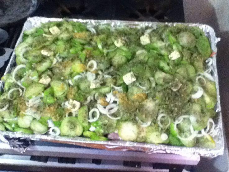 Pescado al horno con tomatillo de fresadilla, cebolla, ajo, sal, pimienta, mantequilla y epasote. Empapelado)