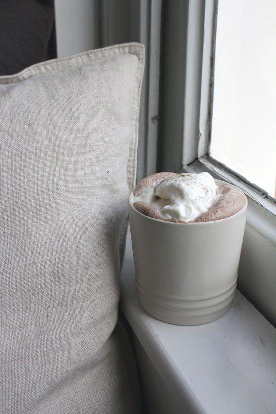 Warme chocolademelk met kardemom. #hot #chocolate #cinnamon #cardamom #whippedcream #autumn