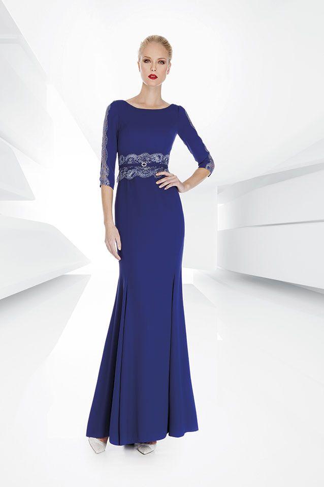 Vestido largo de madrinarealizado en crep con detalles en la cintura de chantilly y manga francesa encolor azul,Colección 20167 de...
