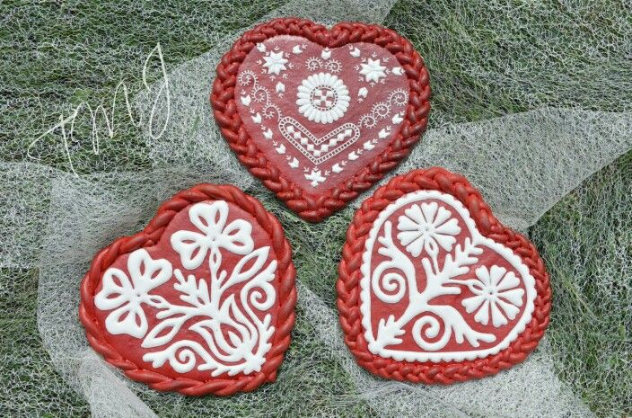 Royal icing gingerbread hearts decorated with hungarian embroidery pattern from Buzsák. Buzsáki hímzésmintával díszített mézeskalács szivek.
