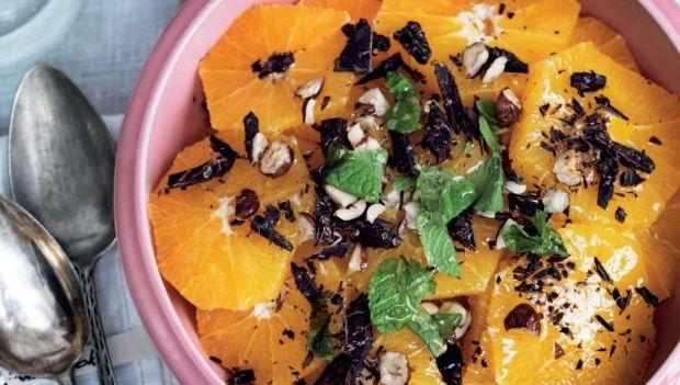 En meget simpel dessert, som byder på både friskhed, sødme og sprødhed. Få opskriften på appelsinsalat med chokolade og hasselnødder her