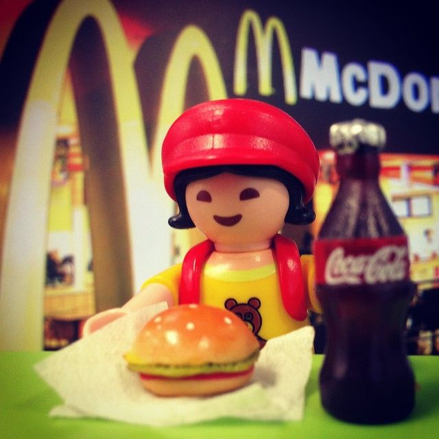 Little one ❤️ burger #Playmobil #toy #toy4life #toyscommunity #miniatures #burger #mcdonald #coke #cola #girl #fastfood