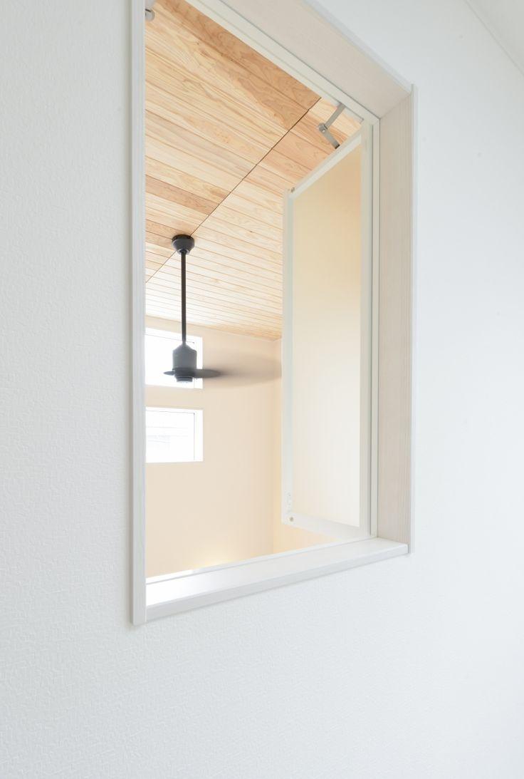 吹き抜けの天井仕上げ材としてスギの羽目板を使用しています 室内窓は