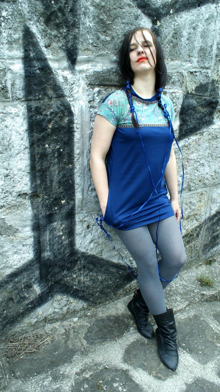 šaty príroda Šaty puzdrového strihu, sú ušité z kombinácie. vzorovaného úpletu a modrej viskózy,šaty majú po stranách vrecká,a v zadnej časti hlboký výstrih, zaujímavý je golier,ktorý sa uvazuje v zadnej časti, v prednej časti je našitá výrazná slovenská krajka, veľkosť šiat je M, dĺžka je 77 cm. Kategorie: